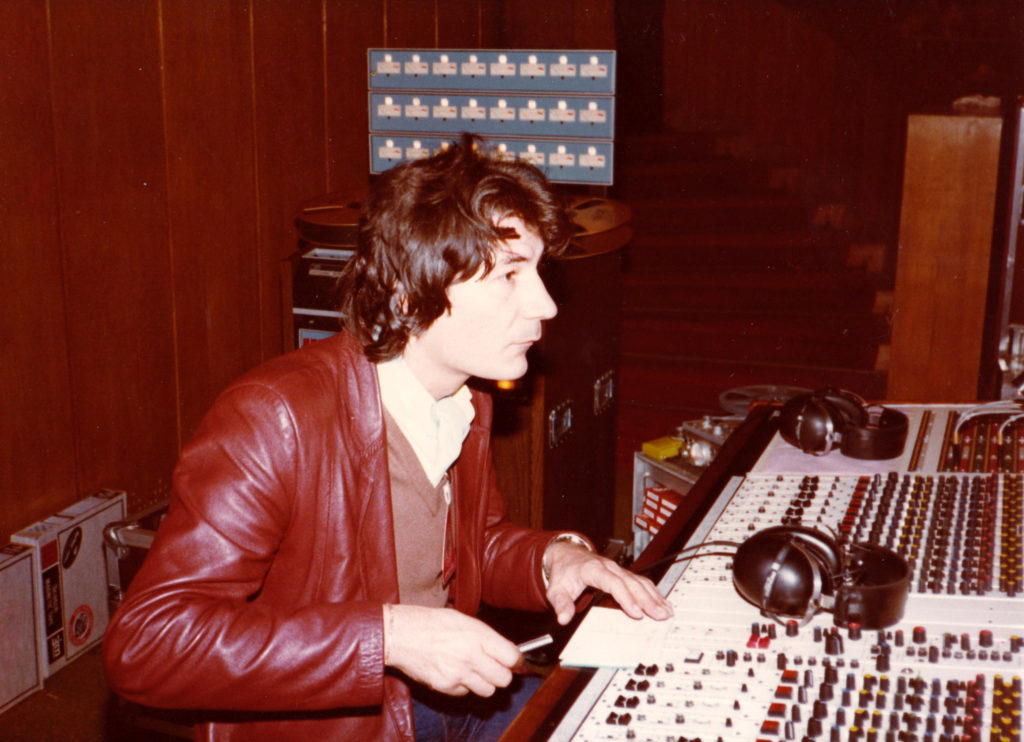 René AMELINE à la console SAJE Odyssey 30 entrées avec au fond un magnétophone 24 pistes 3M. L'écoute se faisait au casque.
